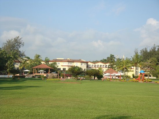 Kenilworth Resort & Spa: lawn and the hotel