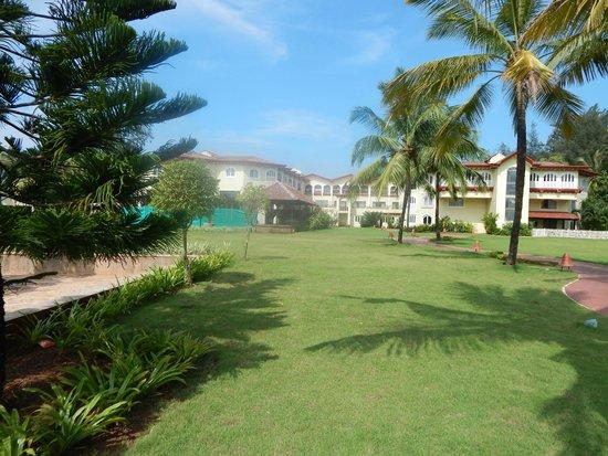 Kenilworth Resort & Spa : lawn and hotel