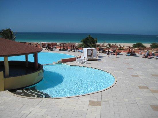 Royal Horizons Boa Vista : Großer Pool mit Blick zum Strand