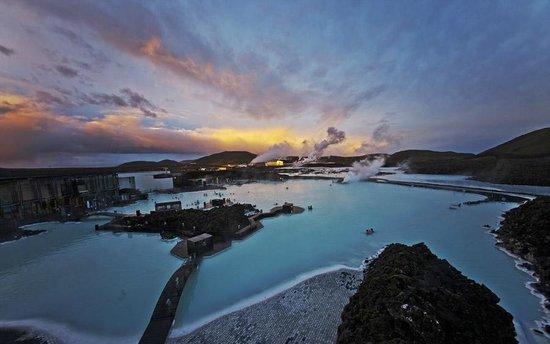 Grindavik, Islandia: Evening scene of lagoon from deck.