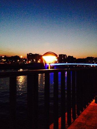 Alliance Hotel Liege - Palais des congres : Bridge at dusk over the river