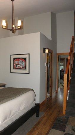 Moutcha Bay Resort: Main floor bedroom with bathroom entry and hallway