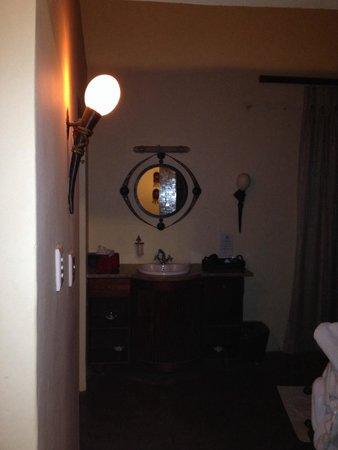 Shishangeni Private Lodge: Lampada con uova di struzzo
