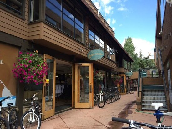 The Westin Snowmass Resort: Shopping village at hotel