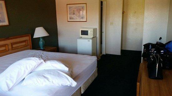 Econo Lodge North: Room 220 Smoke Room A casino, ashtray smell