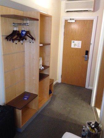 Holiday Inn Express London Croydon: Eingangsbereich des Zimmers 206