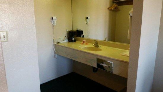 Econo Lodge North: 220 Vanity