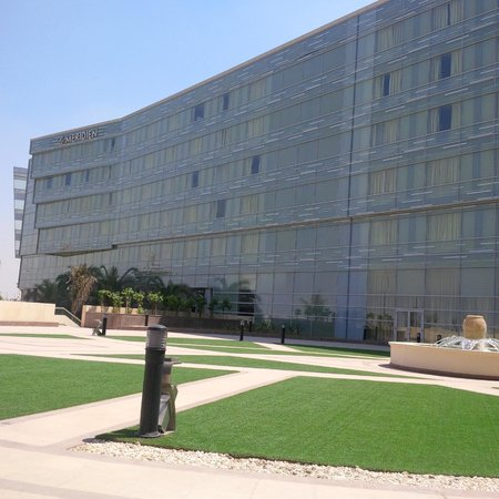 Le Meridien Cairo Airport: rear terrace of the hotel