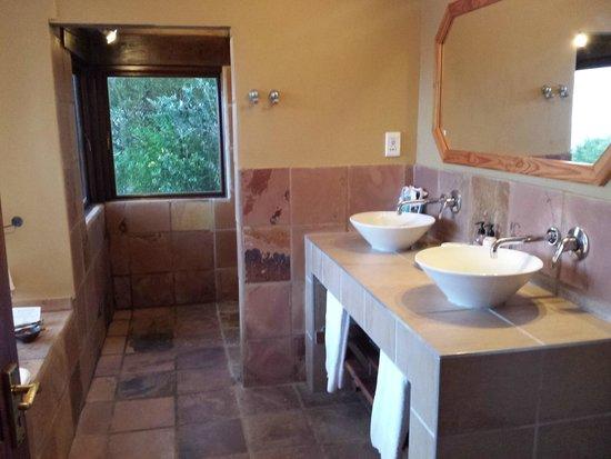 Elephant Hide of Knysna Guest Lodge : Bathroom