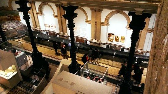 Museo Nacional de Arqueología de Irlanda: L'atrio con la piroga
