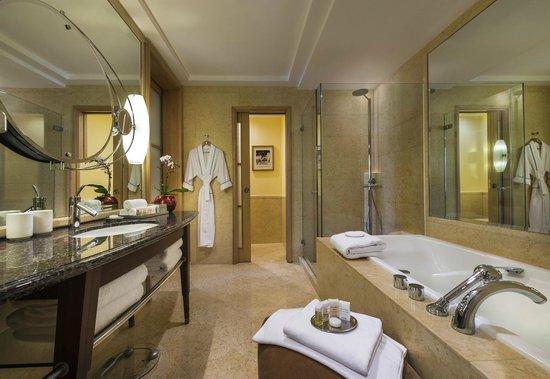 The Fullerton Hotel Singapore: Bathroom