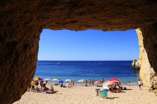 Praia de Benagil: La playa desde una cueva del acantilado