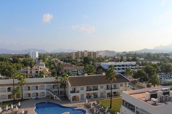 Sol Alcudia Center Apartamentos: утренний вид из номера, горы в дымке