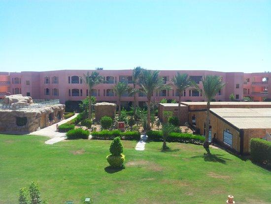 Park Inn by Radisson Sharm El Sheikh Resort: Widok na Chatę Beduinów, budynek zabaw dla dzieci  i jeden z bloków hotelowych