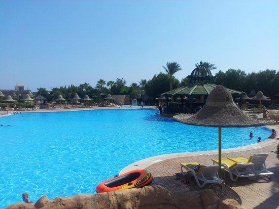 Park Inn by Radisson Sharm El Sheikh Resort: Basen na przeciwko restauracji, po prawej kjeden z barów