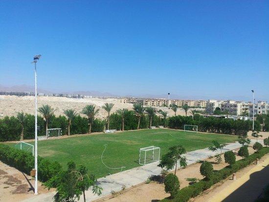 Park Inn by Radisson Sharm El Sheikh Resort: Widok na tył hotelu - boisko do piłki nożnej