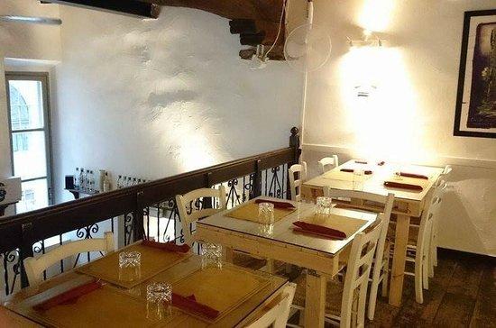Natta Cafe: Tables sur la mezzanine