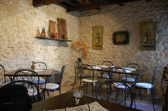Nena al Borgo Castello: Un particolare della camera da pranzo.