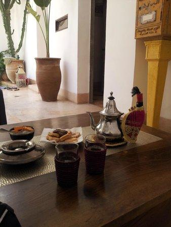 Riad de Vinci: Té de bienvenida con pastas arabes