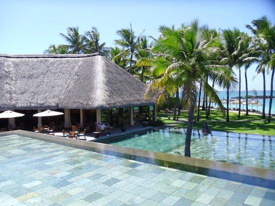 Constance Belle Mare Plage: Hotel towards beach