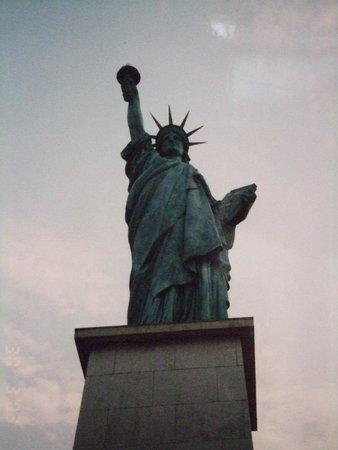 Statue de la Liberté  : 前が狭いので、見上げる感じになります