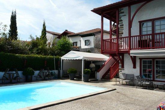 Chambres d'hotes Maxana: Pool mit Blick auf das Haus, die Terasse, Frühstücksbereich