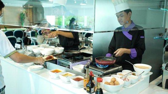 Bangkok Hotel Lotus Sukhumvit : 有現煎的培根與蛋餅!!
