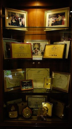 Bangkok Hotel Lotus Sukhumvit : 大廳的木櫃紀錄這家酒店的輝煌歷史。