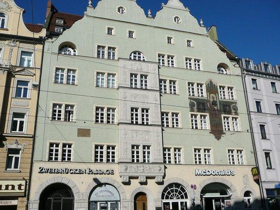 Isartor : Здания вокруг не менее интересны