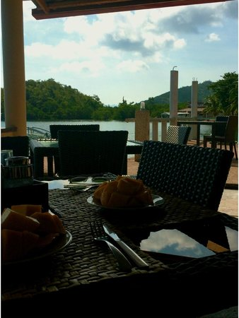 Chindonan Dive Resort: Sitting by the bay at the resort's dining area with freshly sliced ripe mangoes!