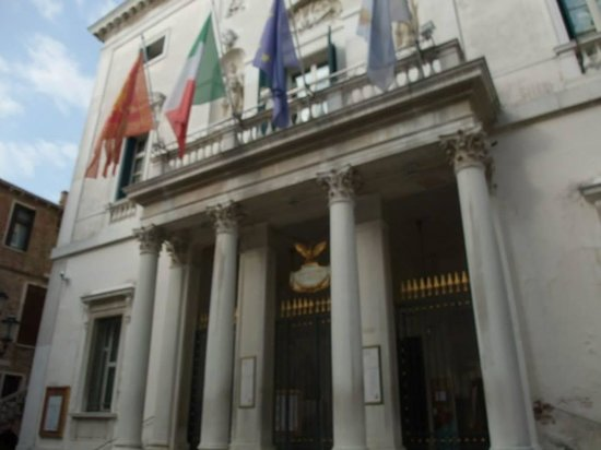 Hotel La Fenice Et Des Artistes: The Fenice theatre around the corner