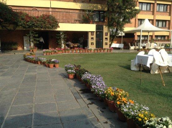 Shangri-La Hotel Kathmandu: Hotel entrance from inner garden