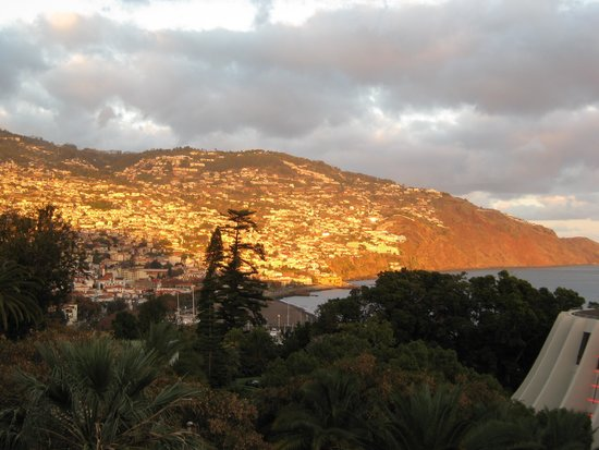 Pestana Casino Park: Evening view of Funchal from hotel room