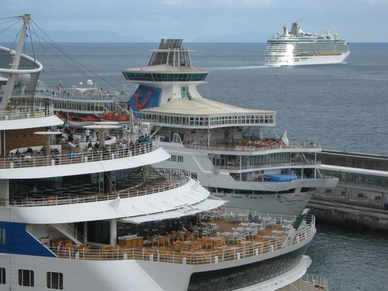 Pestana Casino Park Hotel : Zoom view of cruise ships from hotel room