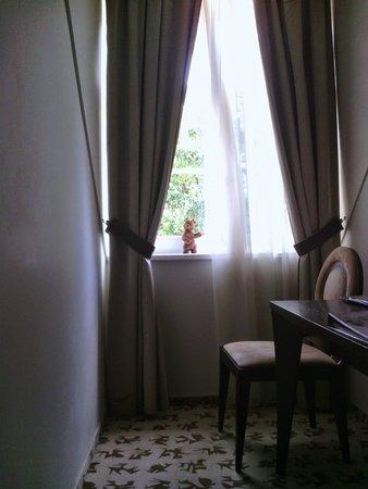 Buda Castle Fashion Hotel: Окно выходит в тихий внутренний дворик
