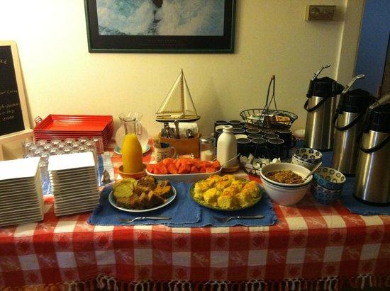 Towne Motel: Breakfast table