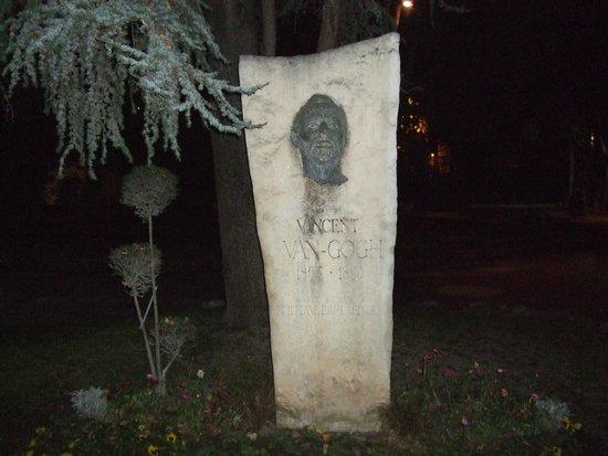 Jardin d'Ete : ゴッホのブロンズ製の顔は、夜は怖かった!