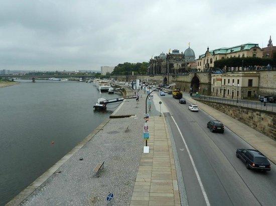 Am Terrassenufer Hotel : Blick über die Uferpromenade zum Hotel