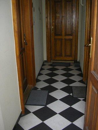 Enigma Hostel & Apartments: wejścia do apartamentów