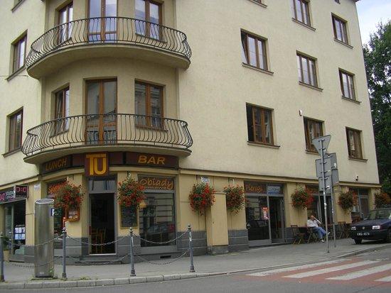 Enigma Hostel & Apartments: bar tuz obok