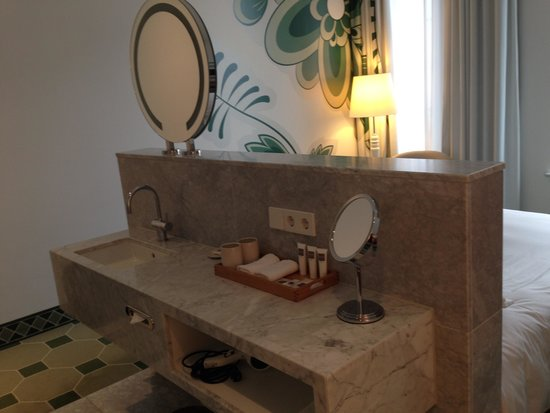 Hyperion Hotel Dresden am Schloss: Waschtisch im Zimmer