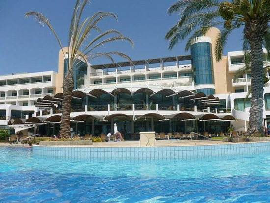 Constantinou Bros Athena Beach Hotel: Looking at the hotel from the pool