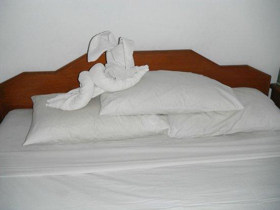 Dewi Sri Hotel: Towel Art - Standard Room