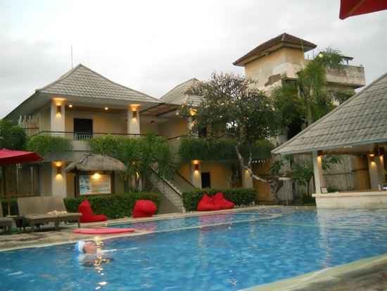 Lovely hotel grounds picture of dewi sri hotel kuta for Lovely hotel