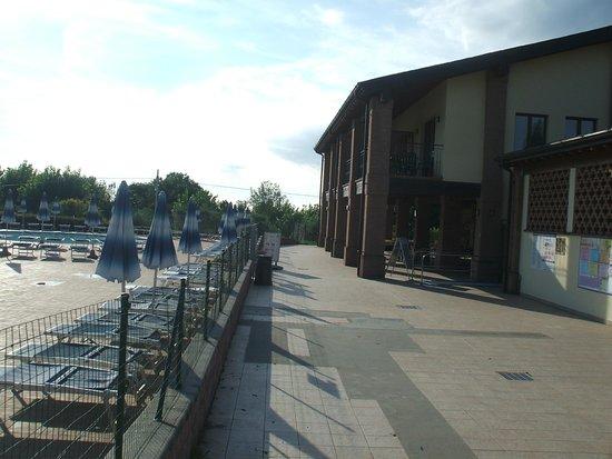 Piantelle Camping: vista de la piscina y el apartamento en 1er piso