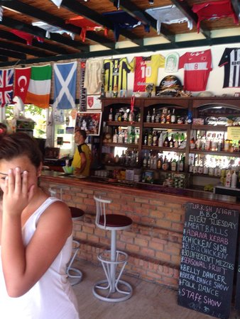Albatros Apartments: Aaliyah hiding in bar