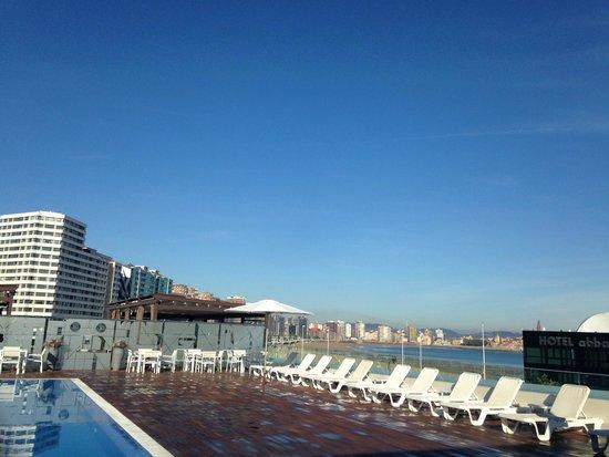 NH Gijón: Vista de la Playa de S. Lorenzo desde la Piscina a primera hora de la mañana