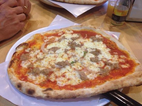 Mano a Mano Pizzeria y Empanadillería: Tuna small!
