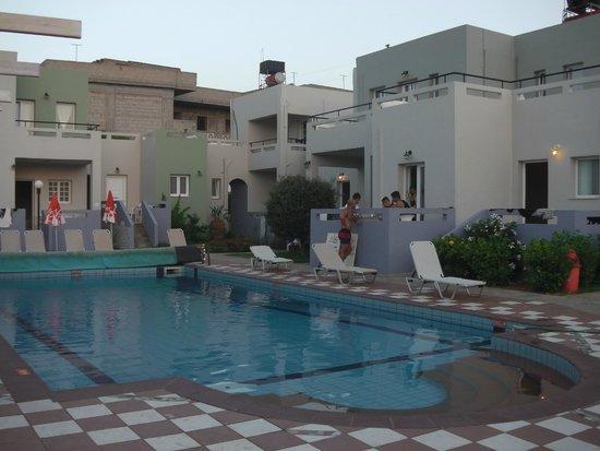 Golden Sun Apartments : Общий вид: отель с бассейном