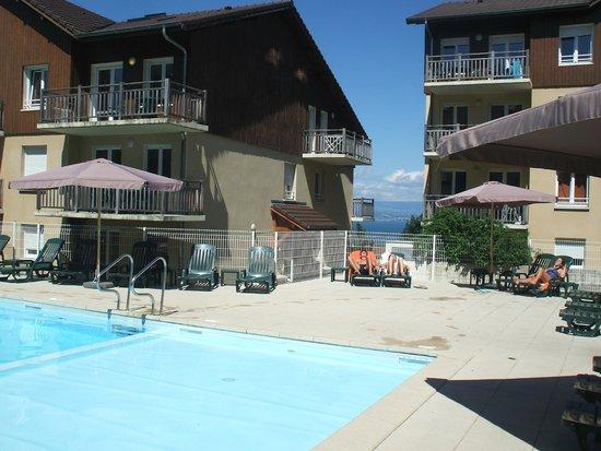 Zenitude Hôtel-Résidences Les Terrasses du Lac: vista de la piscina